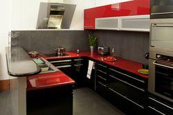 Cuisine en rouge et noir - La lave émaillée, une alternative au carrelage