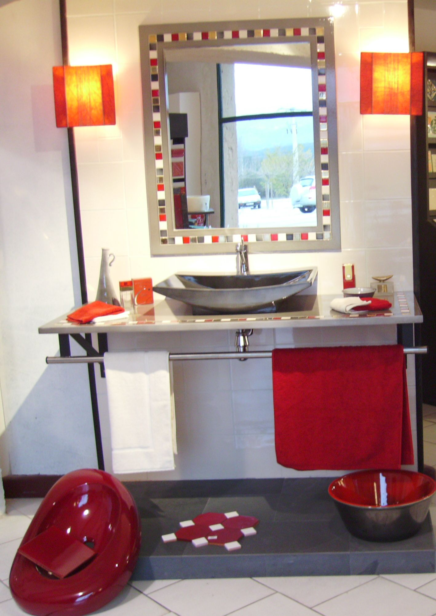 salle de bains tendance alliant le blanc le noir et le rouge - Tableau Salle De Bain Noir Et Blanc